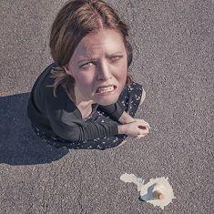 zena se spadlou zmrzlinou