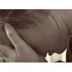 zoufalá žena s hlavou v dlaních