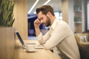 muž se soustředí na práci