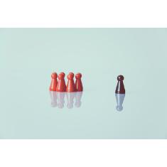 figurky znázorňující šéfa a tým