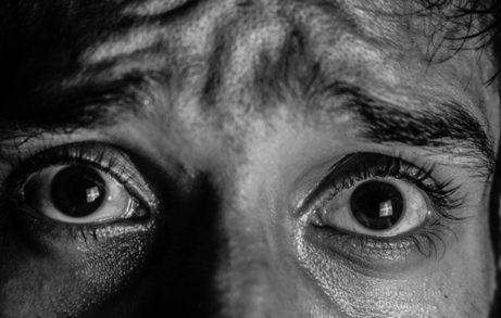 vystrašené oči muže